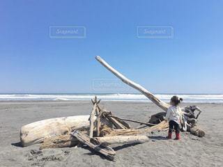 砂浜の上に立つ女の子の写真・画像素材[2340630]