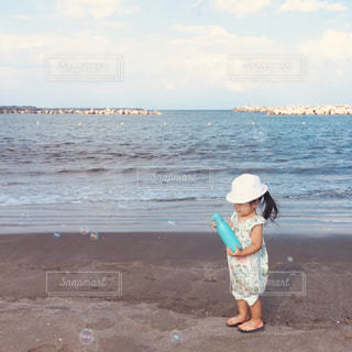 浜辺に立っている子供の写真・画像素材[2406432]