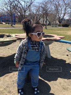 土の中に立っている小さな女の子の写真・画像素材[2430520]