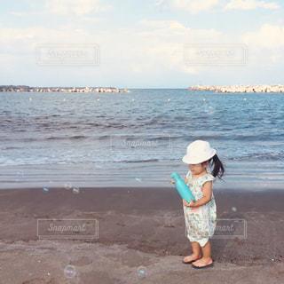 浜辺に立っている女の子の写真・画像素材[2441939]