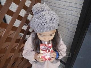 ゼリーを飲む帽子をかぶった小さな女の子の写真・画像素材[2709097]