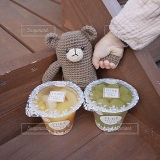 お気に入りのクマちゃんとフルーツゼリーの写真・画像素材[2709109]