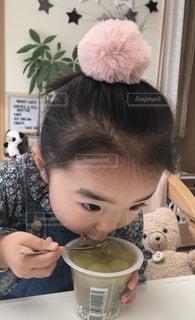 ゼリーを食べる女の子の写真・画像素材[2716967]