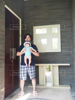 親子,赤ちゃん,玄関,リゾート,お父さん,別荘