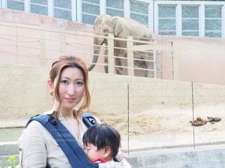 建物の前に立っている女性の写真・画像素材[732371]