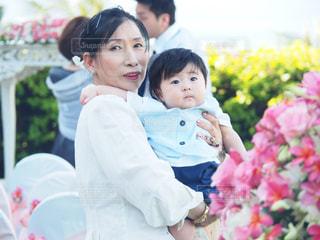 赤ん坊を保持している人の写真・画像素材[800782]