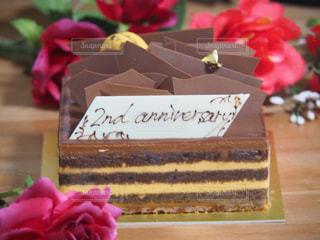 テーブルの上の誕生日ケーキのスライスの写真・画像素材[813439]