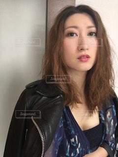 黒の t シャツを着ている女性の写真・画像素材[856566]
