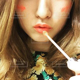 近くに彼女の歯を磨く女性のアップの写真・画像素材[856577]