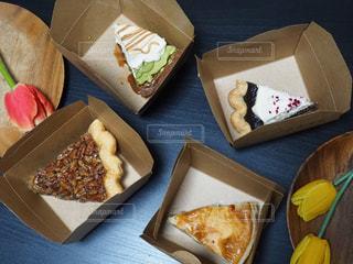 テーブルの上に食べ物の種類でいっぱいのボックスの写真・画像素材[1072262]