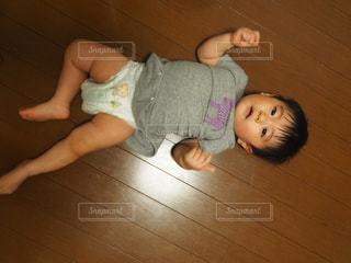 赤ん坊を持っている人の写真・画像素材[1072486]