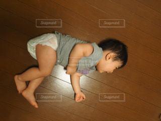小さな男の子が床に横たわっています。の写真・画像素材[1072508]