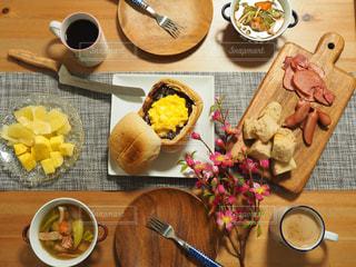 テーブルの上に食べ物の写真・画像素材[1084915]