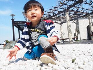 雪の中で立っている少年の写真・画像素材[1121201]