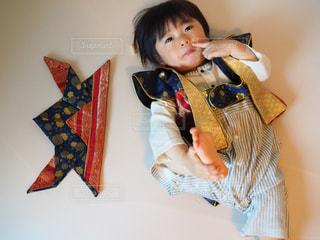 テディー ・ ベアを持って少年の写真・画像素材[1165525]