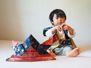 動物のぬいぐるみを持っている小さな男の子の写真・画像素材[1165529]