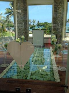 リビング ルームの家具とテーブルの上の花瓶でいっぱいの写真・画像素材[1247650]