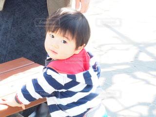 テーブルに座っている少女の写真・画像素材[1281751]