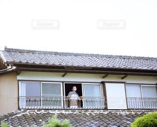 家の前に立っている人の写真・画像素材[1688452]