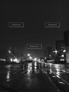 夜の忙しい街のぼやけた写真の写真・画像素材[813182]
