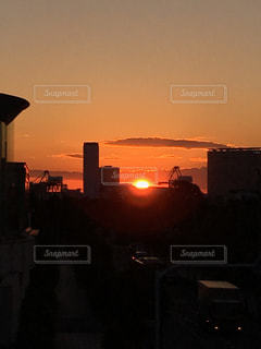 夕暮れ時の都市の景色の写真・画像素材[957655]