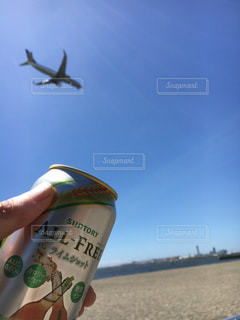 ビーチで空気を通って飛んで人の写真・画像素材[1866076]