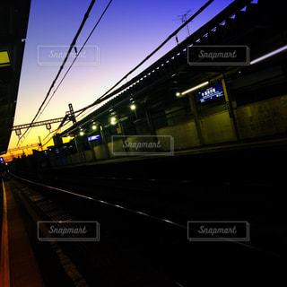 駅のホームでサンセットの空色の写真・画像素材[958957]