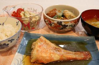テーブルの上に食べ物のボウルの写真・画像素材[783869]