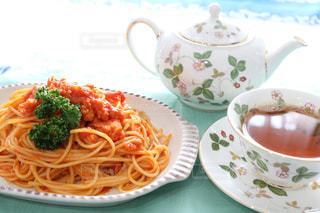 パスタと野菜一杯の食べ物の皿 - No.783898