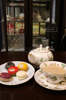 テーブルの上のコーヒー カップの写真・画像素材[800364]