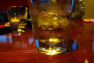 テーブルの上に水のガラスの写真・画像素材[807316]