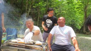 男の背中に乗っている人々 のグループ - No.859726