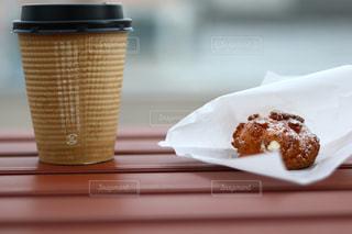 コーヒー カップの横にある皿の上のケーキの一部の写真・画像素材[882506]