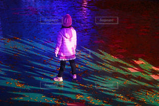 雨の中で立っている女の子の写真・画像素材[902128]