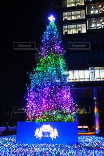 夜のライトアップされた街のスクリーン ショットの写真・画像素材[932557]