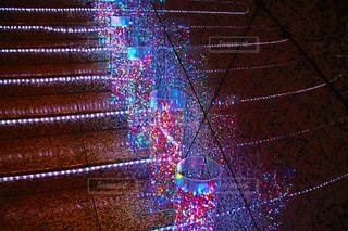 近くに夜の鉄線の柵のアップの写真・画像素材[939852]