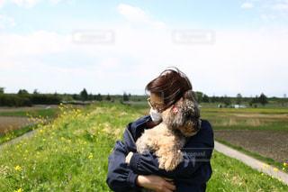 草の上に座っているクマのぬいぐるみカバー フィールド - No.1116762