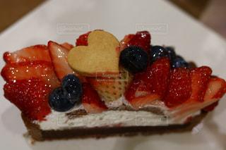 皿の上のケーキの一部 - No.1123460
