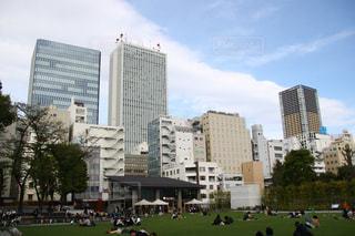 都市公園で凧の飛行の人々 のグループ - No.1123890