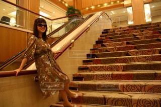 女性,1人,ファッション,春,ワンピース,階段,サングラス,室内,笑顔,ホテル,ポーズ,微笑み,春服