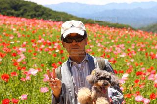 花を持って男は、の写真・画像素材[1193498]