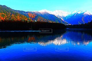 背景の山と水の大きな体の写真・画像素材[1200714]