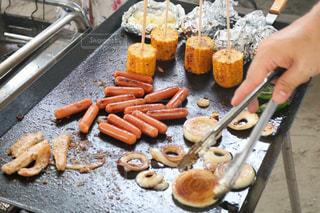 ホットドッグ グリルの調理のトレイの写真・画像素材[1205863]