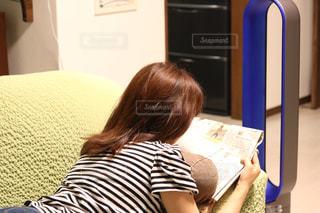 ベッドの上に座っている女性の写真・画像素材[1212649]