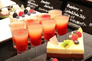 テーブルの上に食べ物のトレイの写真・画像素材[1247465]