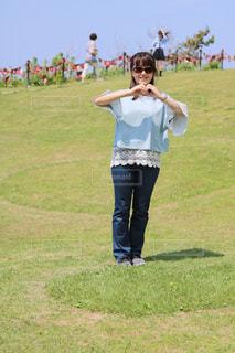 草の覆われてフィールド上に立っている人の写真・画像素材[1265763]