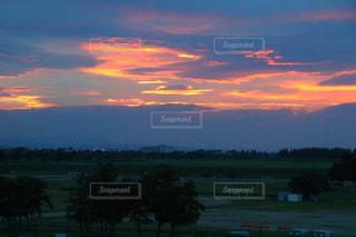 背景の赤白と青の空の写真・画像素材[1271096]