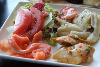近くに食べ物のプレートのアップの写真・画像素材[1272699]