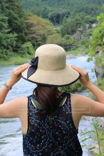 水の体の横に立っている人の写真・画像素材[1388820]