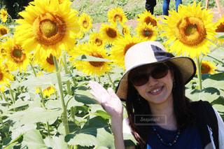黄色の花の女性の写真・画像素材[1393820]
